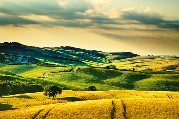 tuscany-spring-rolling-hills-on-sunset-volterra-P92BGE5.jpg