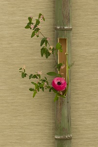 japanese-flower-arrangement-in-bamboo-PGXK92B.jpg
